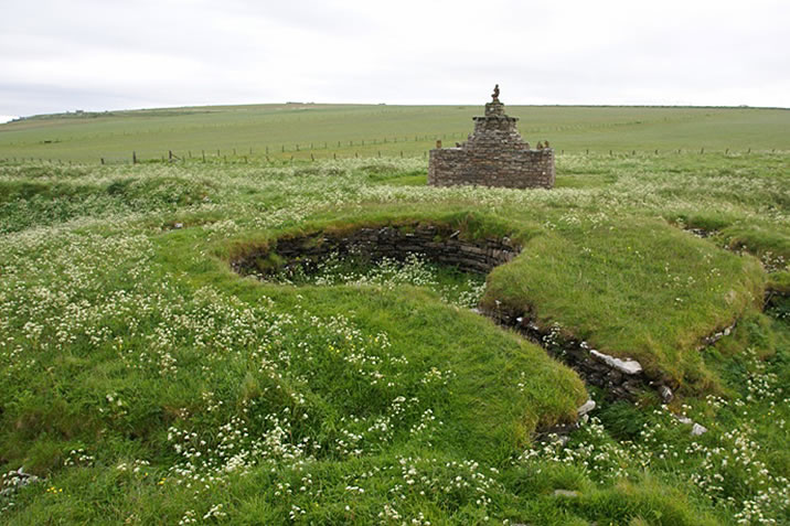 Nybster Broch 20090614 from northeast by Otter [CC BY-SA 3.0 (https://creativecommons.org/licenses/by-sa/3.0)], via Wikimedia Commons
